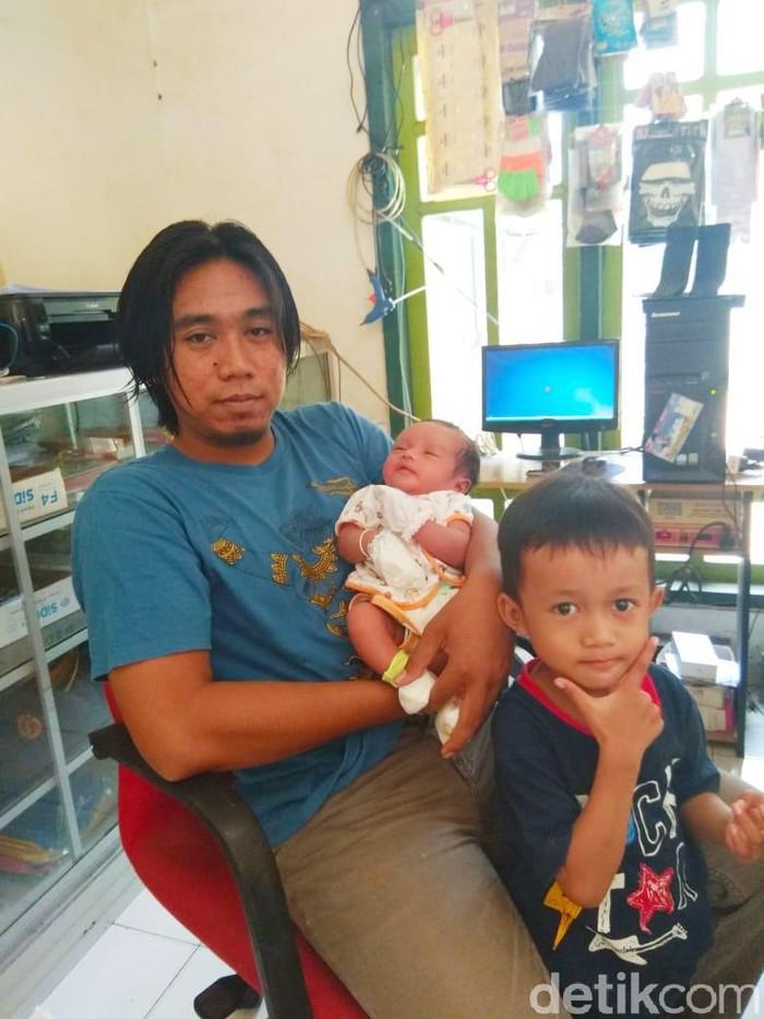 Arif Akbar dan bayinya yang mempunyai nama panjang (Foto: Ainur Rofiq)