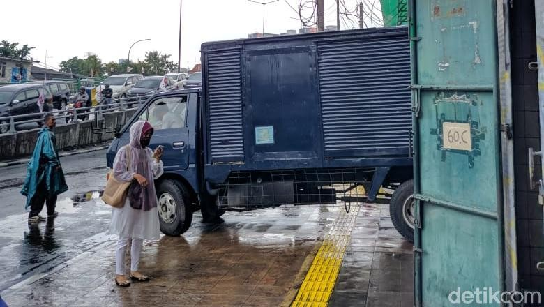 Keluhan Pejalan Kaki Harus Ngalah karena Truk di Trotoar Tanah Abang