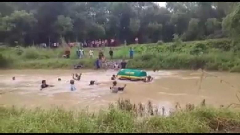 Viral, Video Keranda Berisi Jenazah Dihanyutkan di Sungai Lamong