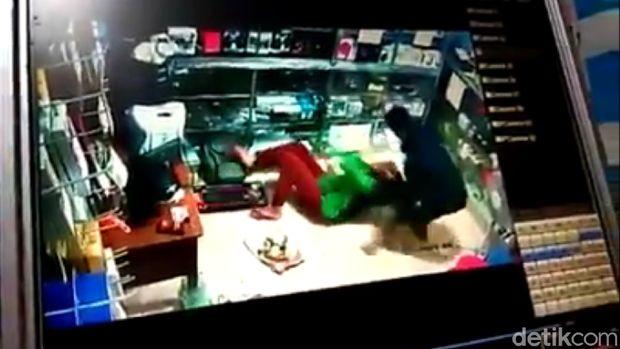 Si pria menjambak rambut si perempuan hingga terjungkal