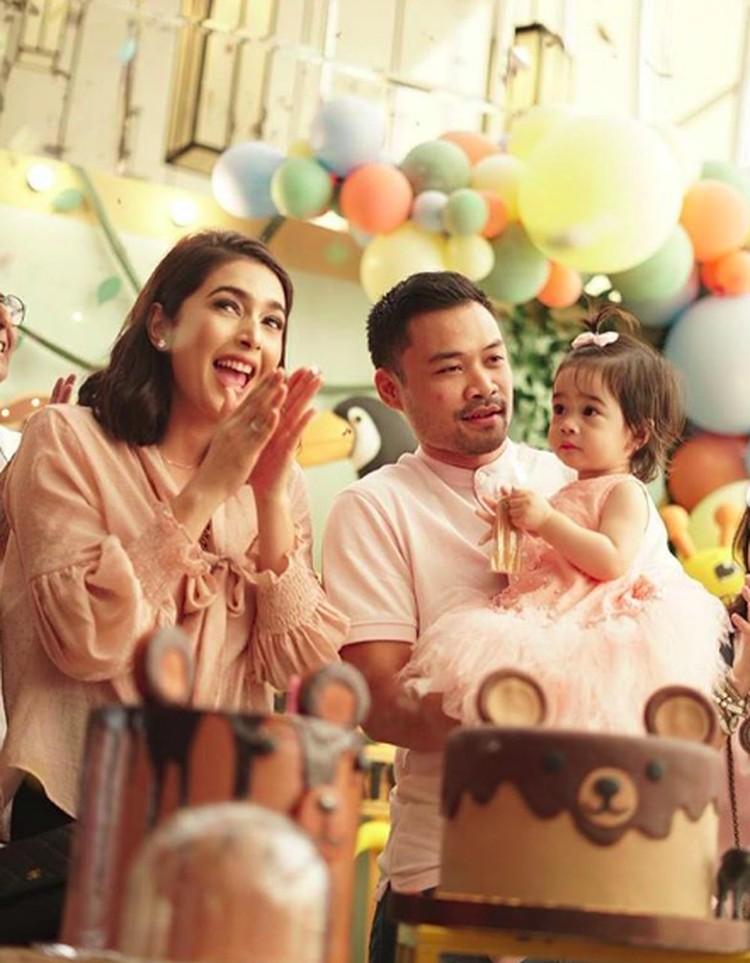 Nabila Syakieb bersama suaminya, Reshwara Argya Ardinal baru saja merayakan ulang tahun anaknya. Raqeema Ruby Radinal lahir pada 6 Februari 2018. (Foto: Instagram @nsyakieb85)