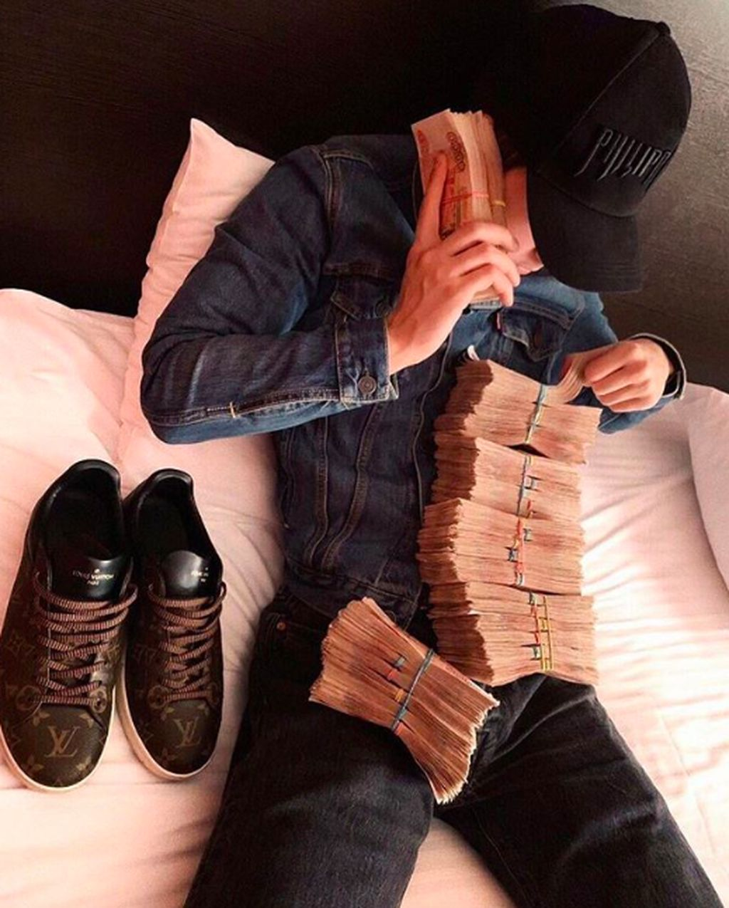 Akun Instagram bernama richrussiankids telah meraup lebih dari 1,3 juta follower. Berisi kumpulan anak muda Rusia pamer kekayaan seperti terlihat dalam foto ini. Foto: Instagram
