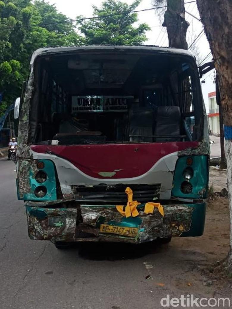 Dua Bus Tabrakan Akibat Rem Blong, 11 Orang Luka