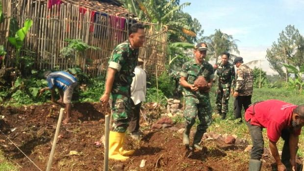 TNI Bangun Rumah untuk Keluarga Penyantap Makanan Busuk
