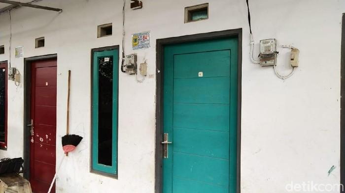 Rumah kontrakan yang ditinggali Adi Saputra dan keluarganya. (M Guruh Nuary/detikcom)