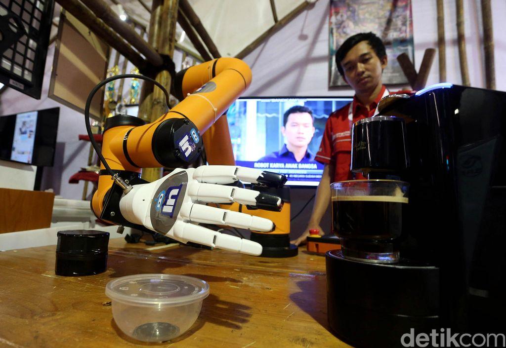 Robot barista kopi unjuk kebolehan di pameran Rembuk Nasional Pendidikan dan Kebudayaan (RNPK) tahun 2019, yang dihelat di Sawangan, Depok, Selasa (12/2/2019).