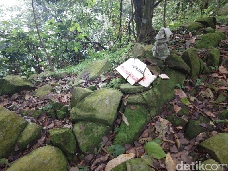 Terlepas dari indahnya pemandangan di sana, Gunung Lembu di Purwakarta menyimpan nuansa mistis tersendiri. Ada 2 makam keramat yang harus traveler lalui sebelum mencapai ke puncak. (Idris/detikTravel)