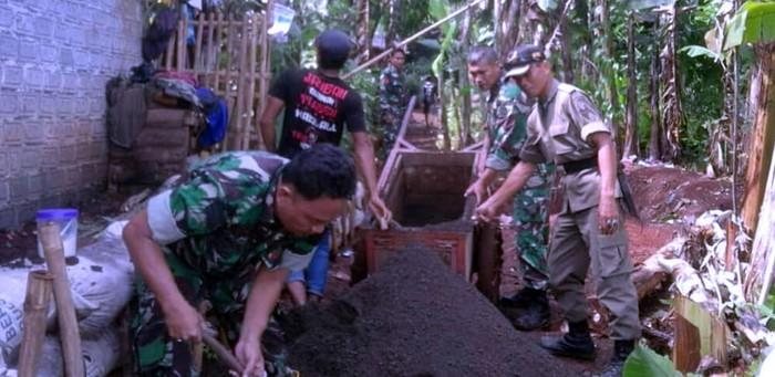 TNI di Cianjur bersama warga memulai pembangunan rumah untuk Bakri dan keluarga. (Foto: ist)