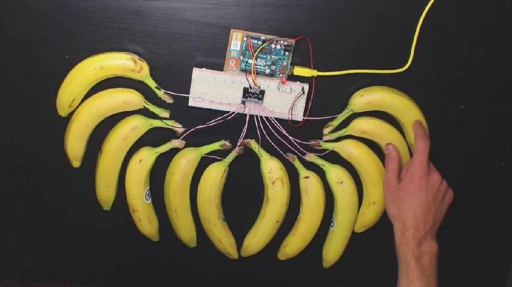 Ikut Festival Teknologi Para Murid Ini Ciptakan Piano dari Buah Pisang