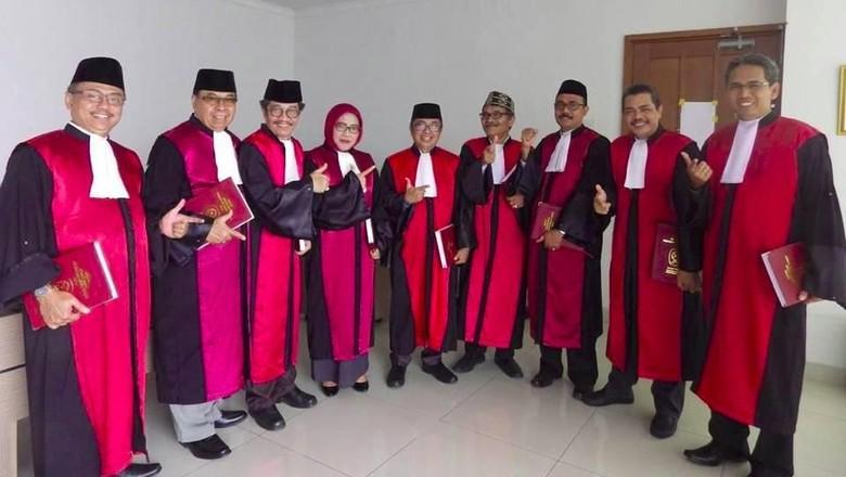 Heboh! Para Hakim PN Jakpus Pose Salam Dua Jari