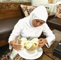 Jelang Dilantik, Khofifah Ajak Gus Ipul dan Risma Makan Lorjuk hingga Durian