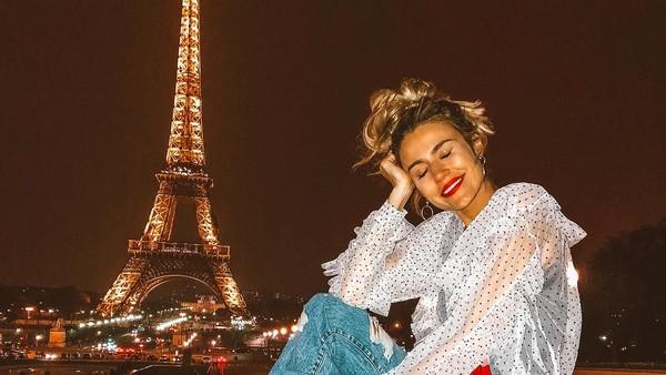 Menikmati cantiknya malam di Menara Eiffel, Paris. (hellofashionblog/Instagram)