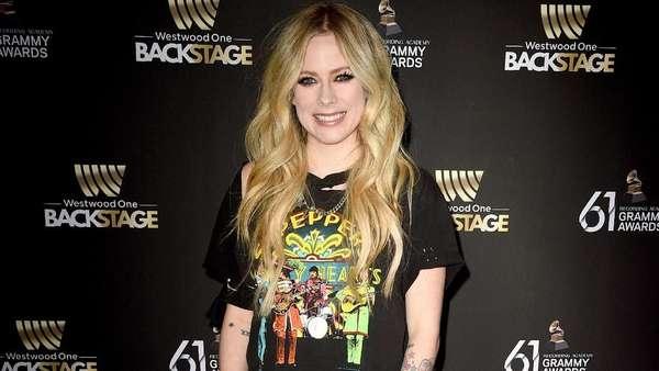 Avril Lavigne Si Blonde Serba Hitam