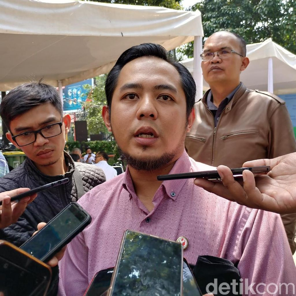 Bawaslu Ultimatum Caleg Bersihkan APK Melanggar di Bandung