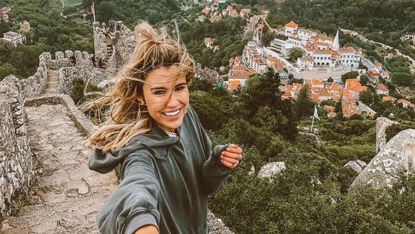 Senyumnya di Portugal. (hellofashionblog/Instagram)