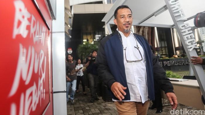 Anggota DPR Fraksi PAN Ahmad Riski Sadig diperiksa dalam kasus suap Wakil Ketua DPR nonaktif Taufik Kurniawan. Dia mengaku hanya melengkapi pemeriksaan sebelumnya.