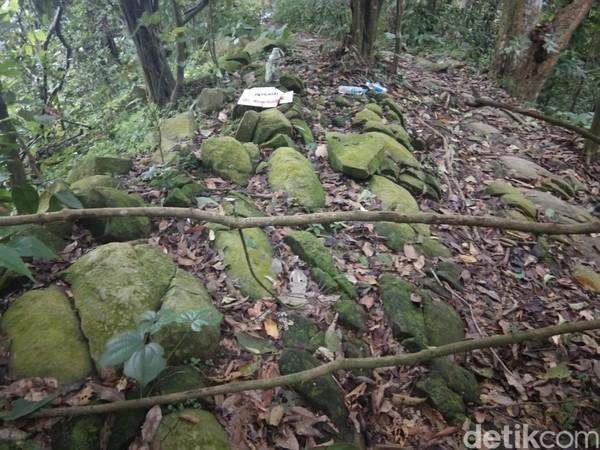 Sedangkan makam keramat kedua yakni makan Raden Suryakencana yang berada di pinggir tebing sebelum mencapai puncak bayangan. Kedua makam ini kerap diziarahi wisatawan pada hari-hari tertentu. (Idris/detikTravel)