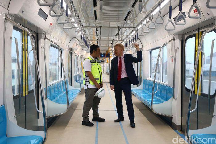 Dalam uji coba kali ini, Duta Besar Uni Eropa untuk Indonesia, Vincent Guerend menyambut baik beroperasinya MRT di Jakarta. Ia sangat mendukung adanya MRT.
