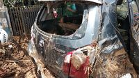 Tertimbun Puing Akibat Tanggul Jebol, Mobil Korban Rusak Parah
