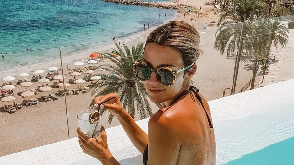 Saat Christine Andrew di Ibiza, Spanyol. (hellofashionblog/Instagram)
