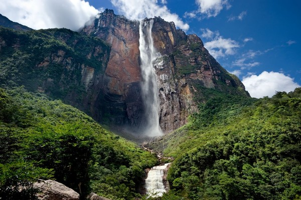 Kamu bisa melihat air terjun ini di Taman Nasional Canaima. Lokasinya berada di taman nasional bagian tenggara Venezuela. (iStock)
