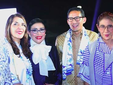 Beberapa waktu lalu, Sandi juga menemani sang ibu ketikan diberikan penghargaan. Ada Menteri Susi dan beberapa wanita inspiratif lainnya dalam acara penghargaan tersebut. (Foto: Instagram @mienuno.official)