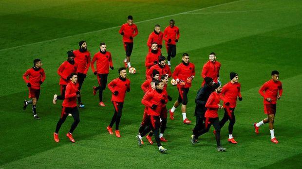 Para pemain PSG saat menjajal lapangan Stadion Old Trafford jelang lawan Manchester United. (