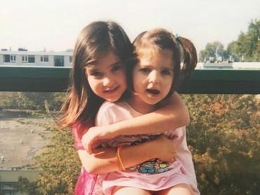 Dua Lipa sejak kecil juga akur dengan saudara perempuannya. Mereka mirip ya, Bun? (Foto: Instagram @dualipa)
