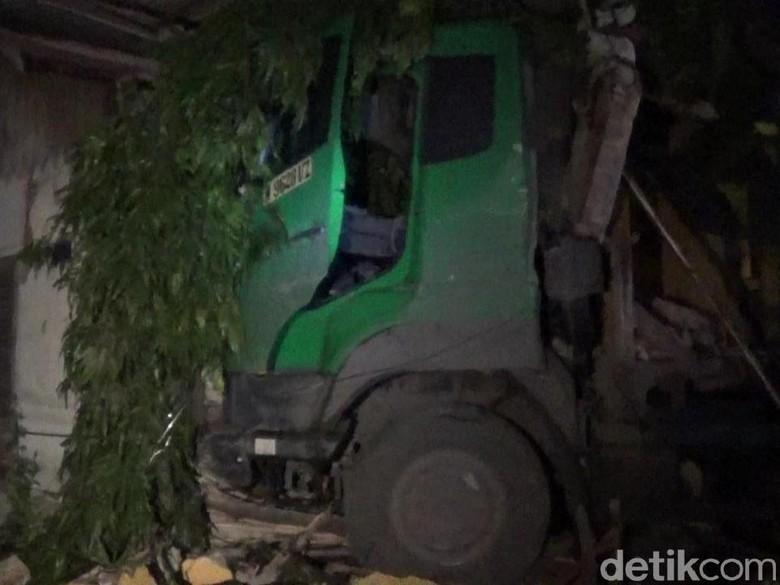 Truk Tabrak Warkop di Lamongan, 1 Korban Tewas dan 2 Luka-luka