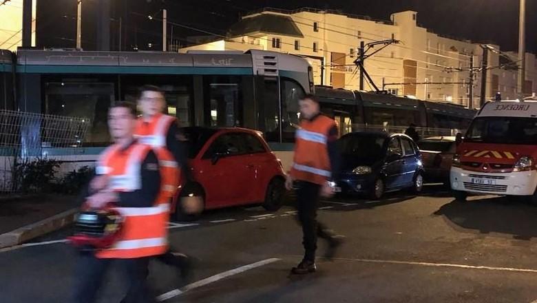 Tabrakan Langka 2 Trem di Pinggiran Paris