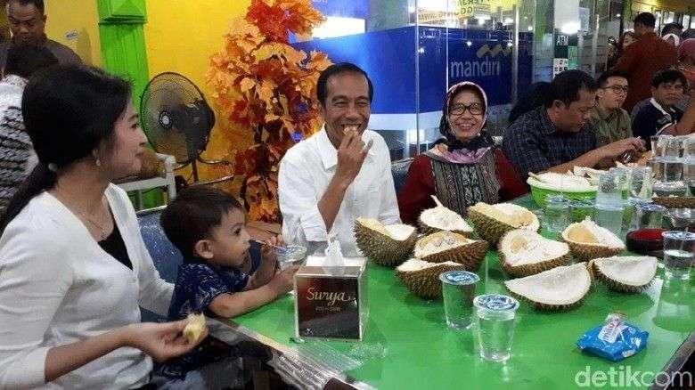 Coba tebak, saat itu Presiden Jokowi dan Jan Ethes sedang menikmati durian di mana? Ya, di kedai Ucok Durian yang ada Jl. Wahid Hadyim, Kota Medan, Sumatera Utara. Foto: Ray Jordan/detikcom