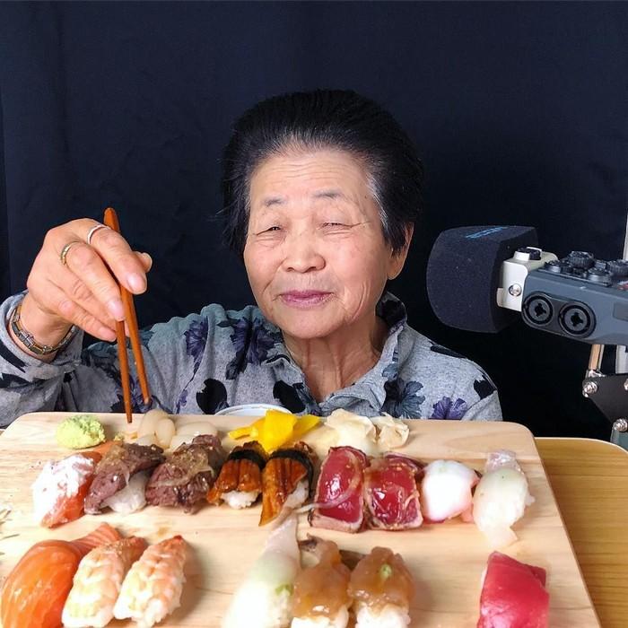 Nenek Kim awalnya tak sengaja terjun ke dunia digital. Sang cucu yang awalnya merekam aksi nenek ini saat makan permen. Ternyata videonya menarik banyak orang. Foto: instagram @01see_tv