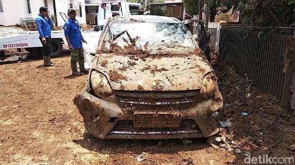 Penampakan Mobil Rusak dan Berlumpur Akibat Tanggul Jebol
