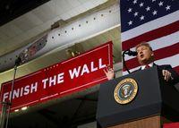 Trump Ngotot Bangun Tembok Batas, Benarkah AS dalam Bahaya?