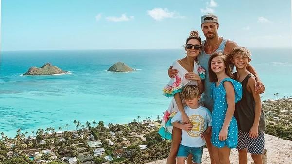 Dalam Instagramnya kita bisa lihat destinasi di berbagai belahan dunia yang dikunjungi Christine Andrew bersama keluarganya. (hellofashionblog/Instagram)