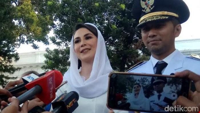 Arumi Bachsin turut mendampingi suaminya, Emil Dardak saat dilantik menjadi wakil gubernur Jatim. Ia terlihat cantik dan penuh pesona.