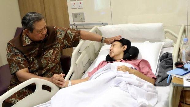 SBY setia menimani Ibu Ani selama dirawat di Singapura karena kanker darah.