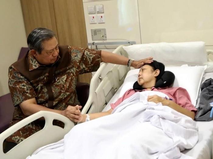 SBY setia menemani Ani Yudhoyono yang dirawat di rumah sakit karena kanker darah. Foto: Instagram/@agusyudhoyono