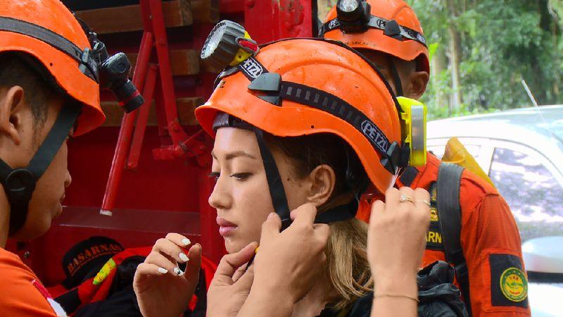 Inka Fitria memakai alat pengaman sebelum masuk ke gua yang ekstrem untuk episode bertema survival (My Trip My Adventure)