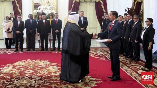Presiden Jokowi menerima surat-surat kepercayaan dari 11 duta besar negara-negara sahabat di Istana Merdeka, Jakarta, Rabu (13/2).