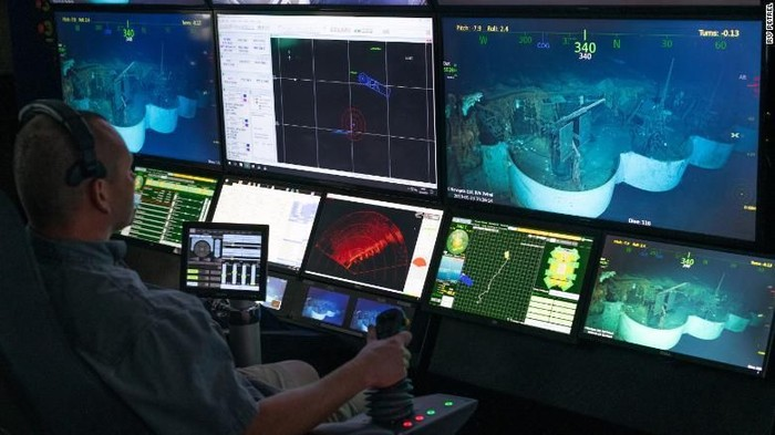 Bangkai USS Hornet dipantau dari dalam ruang kontrol di kapal R/V Petrel (R/V Petrel via CNN)