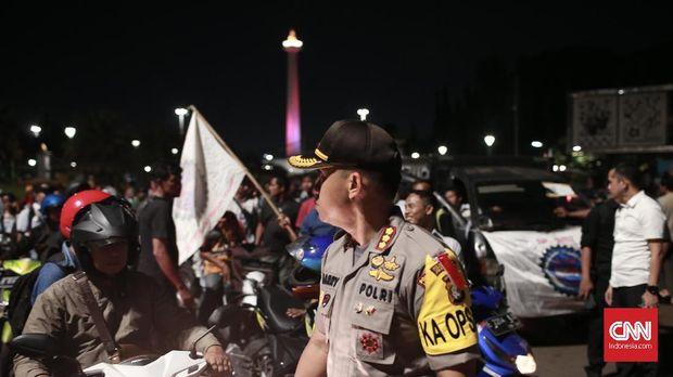 Aparat mengawal demo Serikat pekerja awak mobil tangki (SP. AMT), kemarin.