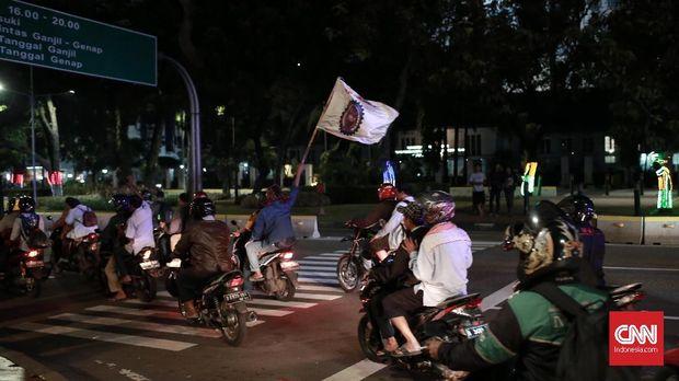 Massa Serikat Pekerja Awak Mobil Tangki (SP AMT) membubarkan diri jelang tengah malam.
