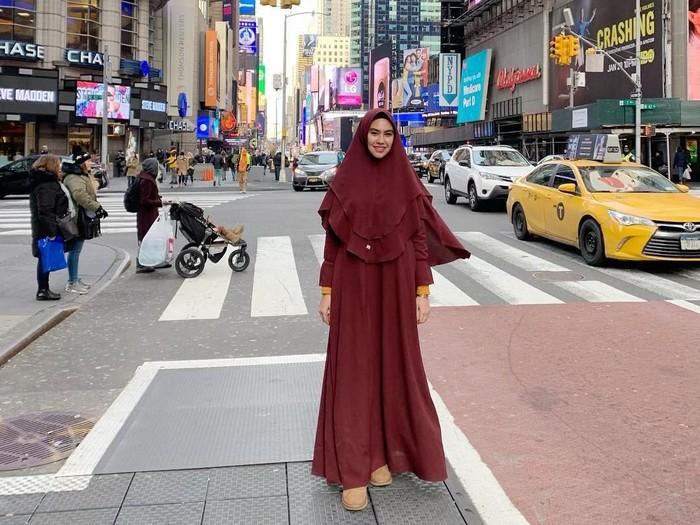 Kartika Putri berlibur pakai hijab syari. Foto: Instagram/KartikaPutriWorld