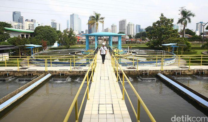 Petugas mengecek instalasi pengolahan air milik PT PAM Lyonese Jaya (PALYJA) di Jalan Penjernihan Tanahabang, Jakarta Pusat, Rabu (13/2/2019).