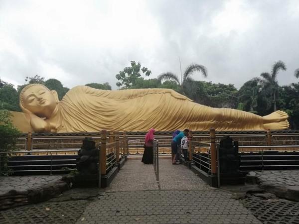 Maha Vihara Mojopahit di Mojokerto mempunyai patung Buddha tidur dengan panjang 22 meter, lebar 6 meter dan tinggi mencapai 4,5 meter. Dengan ukuran ini, patung ini menjadi patung Buddha tidur terbesar ketiga setelah Thailand dan Nepal. (Bayu Fitri Hutami/dTraveler)