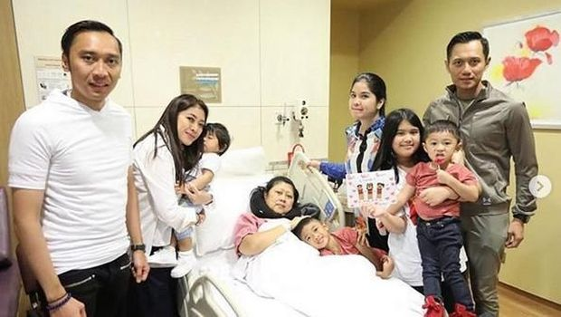 Keluarga menemani pengobatan Ani Yudhoyono di Singapura.