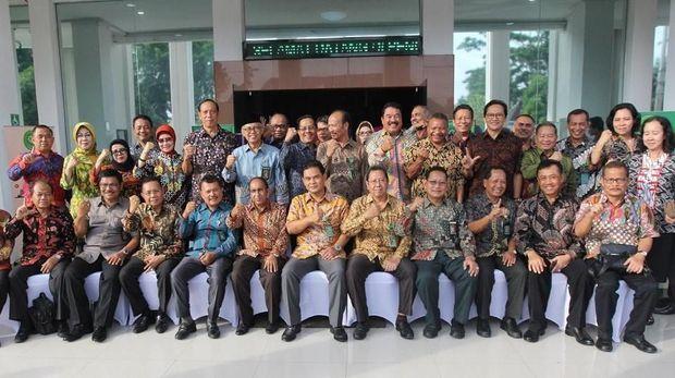 Mengaku Bukan Kode Politik, Para Hakim Senior Juga Pose 2 Jari