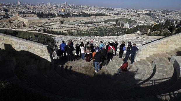 Turis menikmati pemandangan Kota Tua Yerusalem, 23 January.