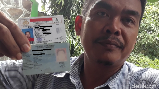 Subkhan menunjukkan tandatangan di SIM dan KTP miliknya.